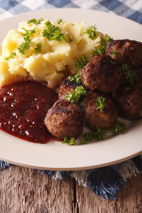 Les boulettes de viande frites, sauce à airelle avec la pomme de terre garnissent le plan rapproché photographie stock libre de droits