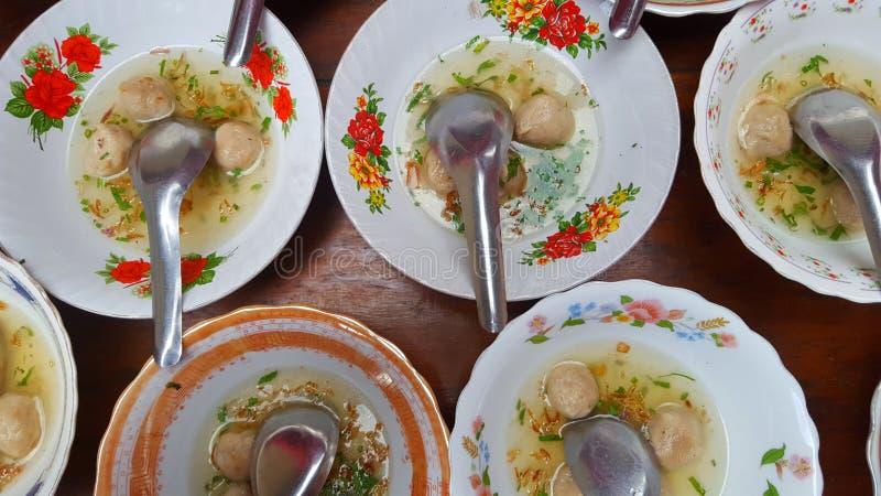 Les boulettes de viande, une des nourritures préférées de l'Indonésie avec les ingrédients principaux sont boeuf et farine image stock