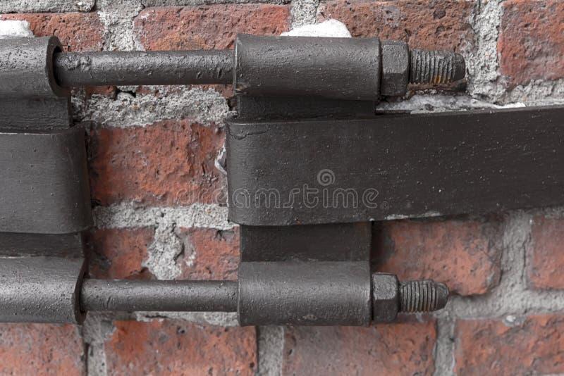 Les boulons parallèles de la plaque de métal deux fixant la construction de laïus conçoivent la base superficielle par les agents photos libres de droits
