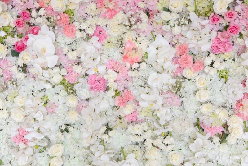 Les bouquets des fleurs ont décoré le contexte image libre de droits
