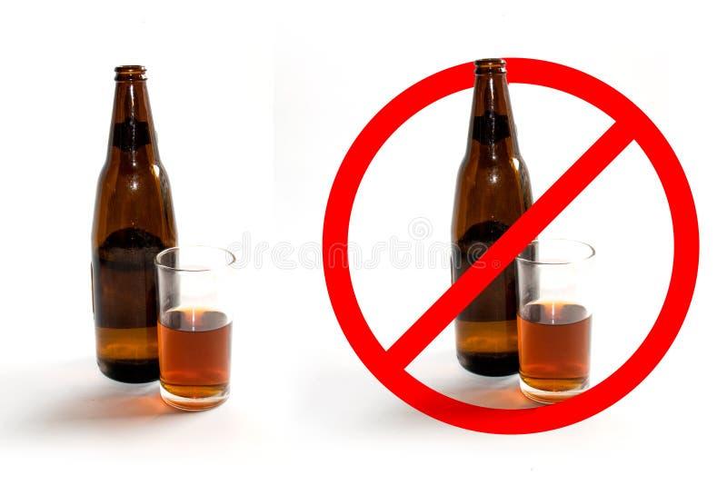 Les bouteilles de boisson alcoolisée et le verre de la boisson alcoolisée et de l'arrêt se connectent le fond blanc photographie stock libre de droits