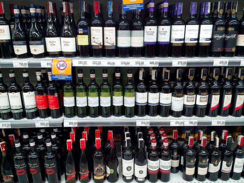 Les bouteilles de la boisson alcoolisée se sont vendues dans une épicerie photo libre de droits