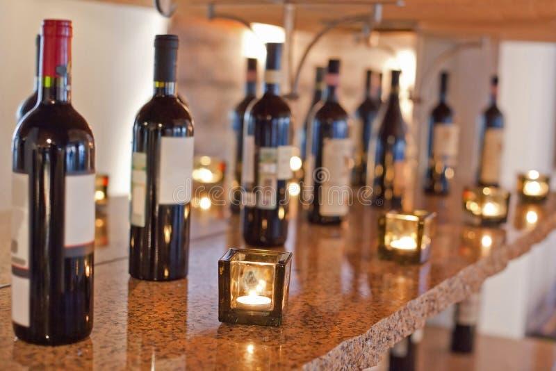 Les bouteilles de vin sont sur l'étagère photos libres de droits
