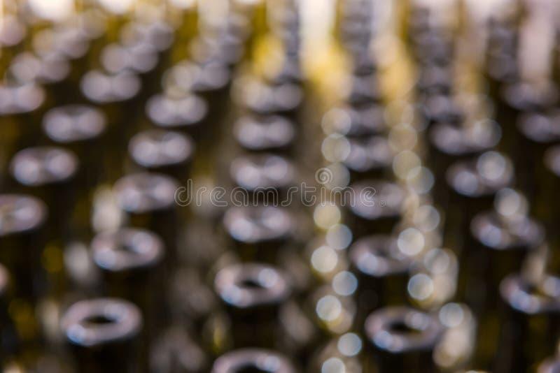 Les bouteilles de vin soustraient le fond brouillé, procédé de vinification à préparer le vin pour la mise en bouteilles photos stock