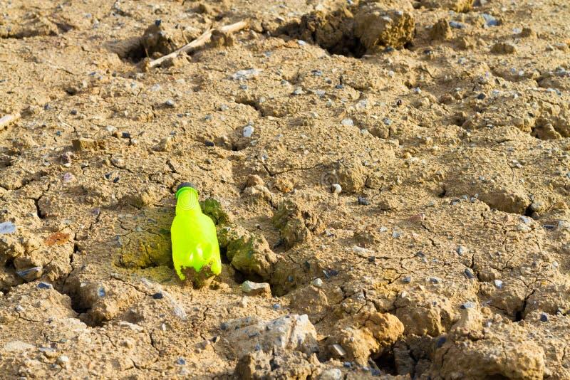 Les bouteilles en plastique jetables sont la cause de la pollution et Th photo stock