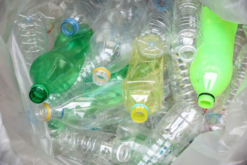 les bouteilles en plastique pour réutilisent image stock