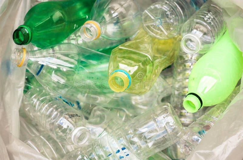 les bouteilles en plastique pour réutilisent photographie stock