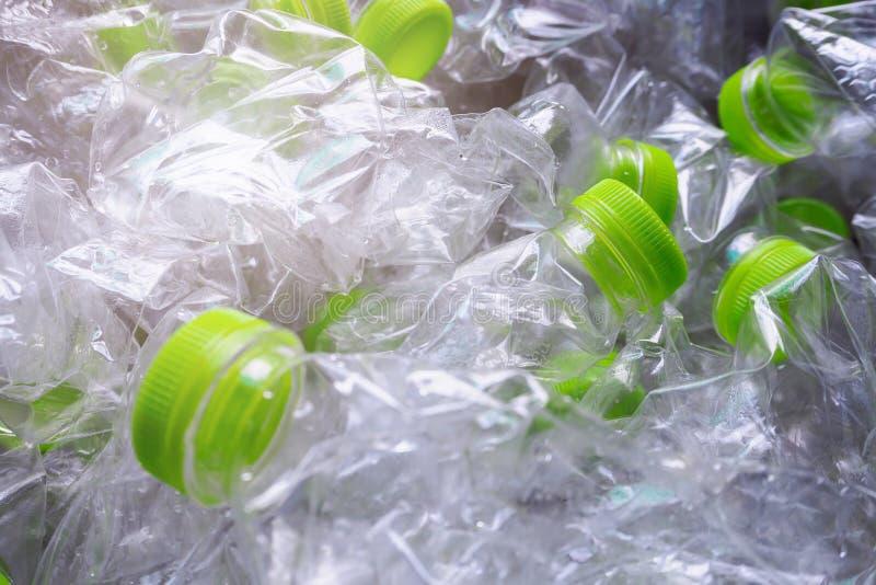 Les bouteilles en plastique réutilisent image libre de droits