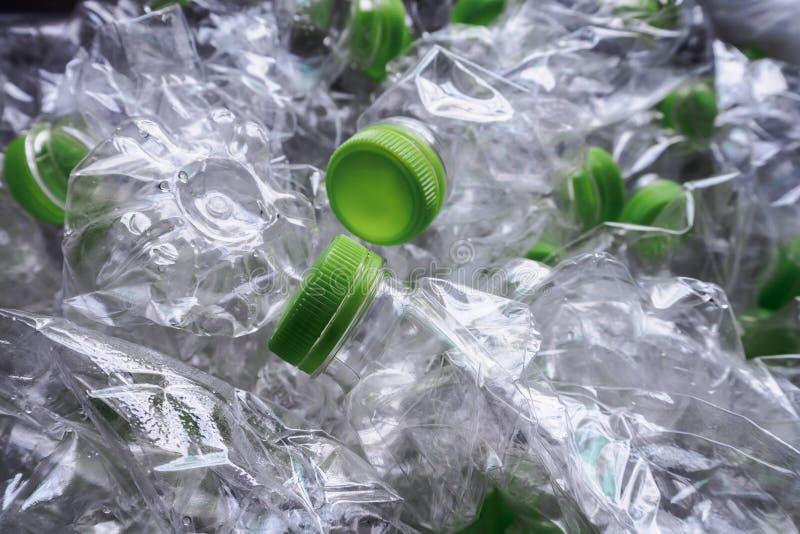 Les bouteilles en plastique réutilisent le concept de fond photographie stock libre de droits