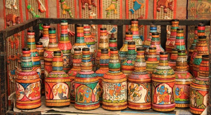 Les bouteilles en verre de rebut se sont transformées en art fabriqué à la main coloré photo libre de droits