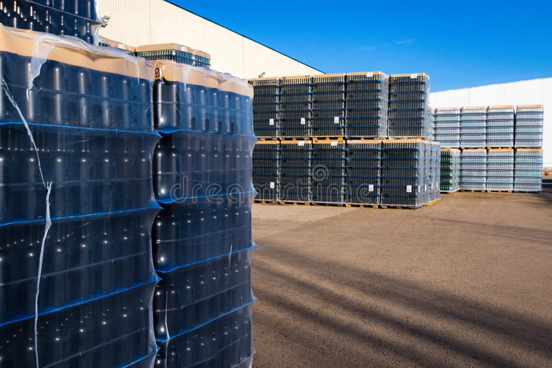 Les bouteilles préparées pour le transport images stock