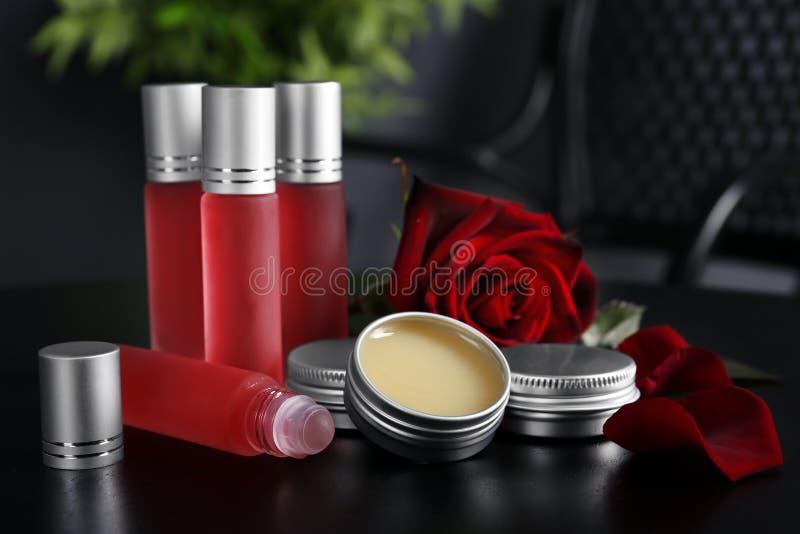 Les bouteilles, récipients avec le parfum et se sont levées photo stock