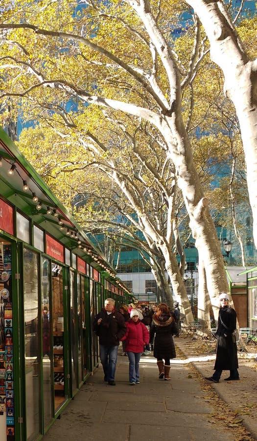 Les boutiques de vacances, village d'hiver chez Bryant Park, NYC, Etats-Unis photos libres de droits