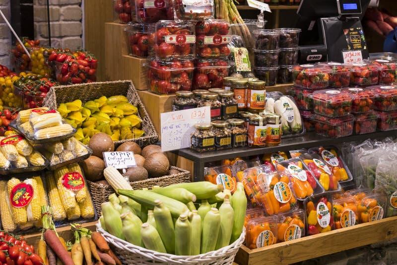 Les boutiques et les compteurs avec des produits et la nourriture Sarona lancent un endroit sur le marché populaire parmi des tou photos libres de droits