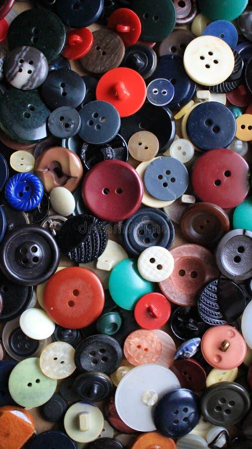 Les boutons sont petits et grands rouges et bleus image libre de droits
