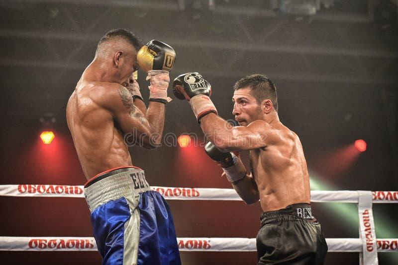 Les boxeurs non identifiés dans l'anneau pendant le combat pour se ranger se dirige image stock
