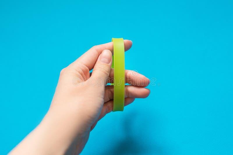 Les bracelets encerclent des bandes portées sur le poignet ou abaissent l'avant-bras photos libres de droits