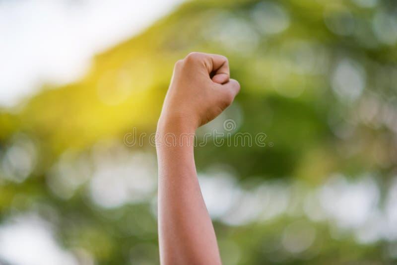 Les bras du gagnant vrai photographie stock