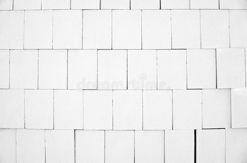 Les briques blanches de silicate de calcium ont empilé la haute dans la pile image libre de droits
