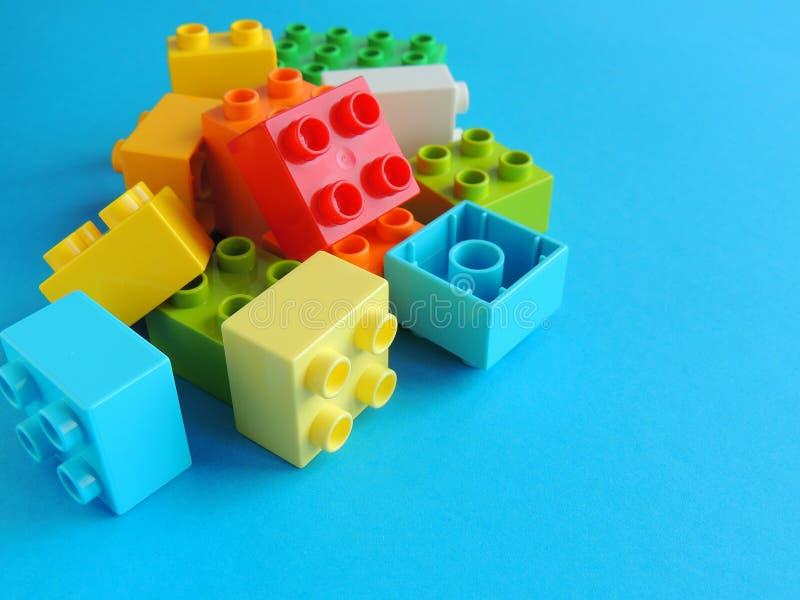 Les briques en plastique, blocs jouent sur le fond bleu lumineux photos libres de droits