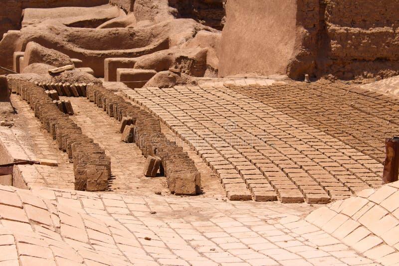 Les briques ont fait cuire au four au soleil dans la ville de Rayen, Iran photos stock