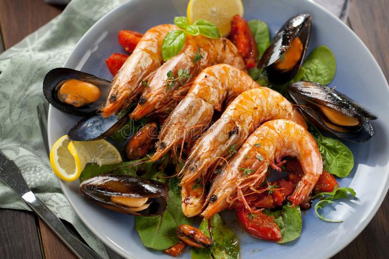 Les brochettes grillent tout entier les crevettes roses grillées avec les ingrédients épicés ail et tomate prêts à servir photographie stock