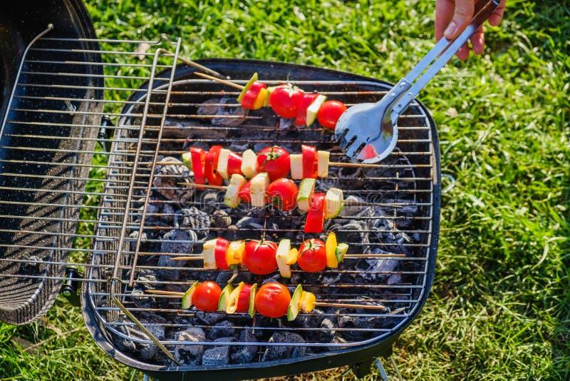 Les brochettes végétales cuites au four dans une marinade d'herbe sur la casserole de gril, tomate de courgette de poivre ont rôt images stock