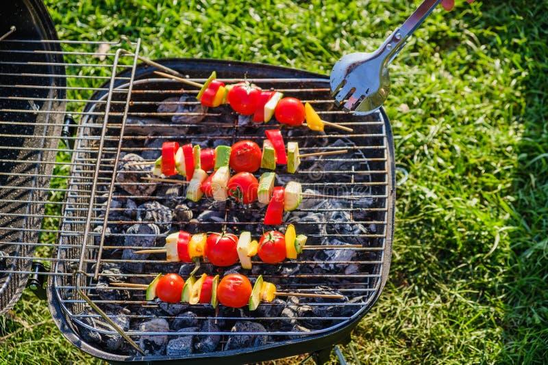 Les brochettes végétales grillées dans une marinade d'herbe sur une casserole de gril, tomate de courgette de poivre d'oignon ont images stock