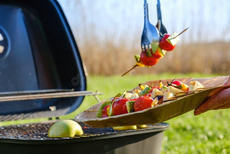 Les brochettes végétales grillées dans une marinade d'herbe sur une casserole de gril, tomate de courgette de poivre d'oignon ont photographie stock libre de droits