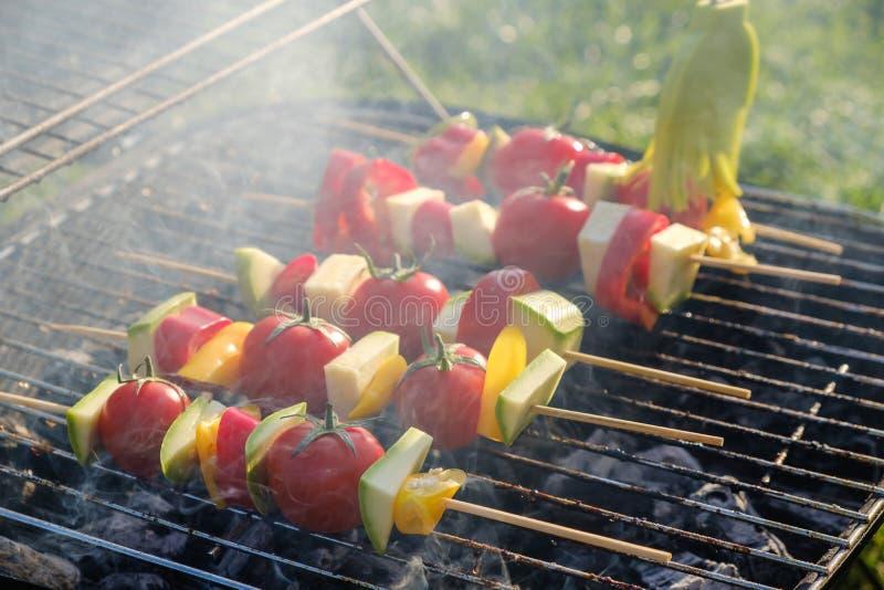 Les brochettes végétales grillées dans une marinade d'herbe sur une casserole de gril, tomate de courgette de poivre d'oignon ont photo libre de droits