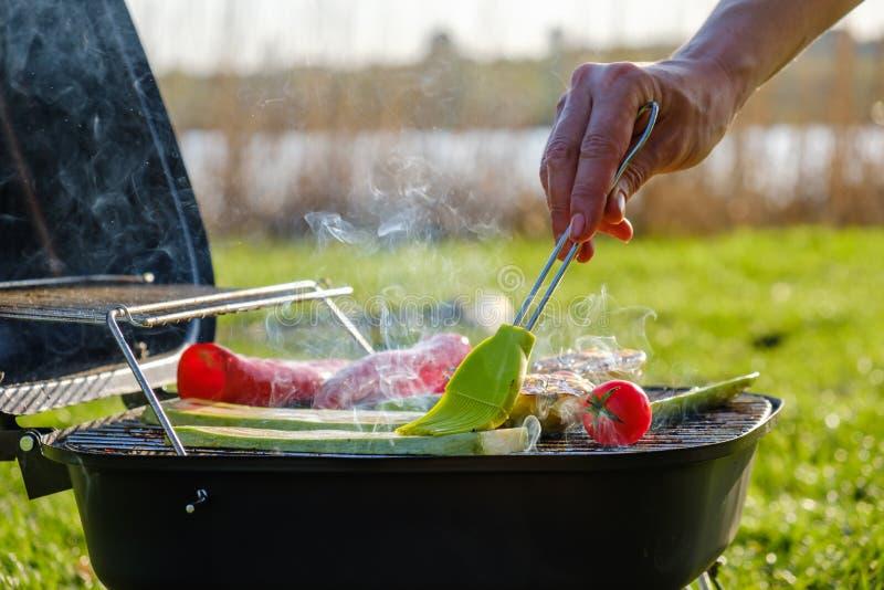 Les brochettes végétales grillées dans une marinade d'herbe sur une casserole de gril, tomate de courgette de poivre d'oignon ont photo stock
