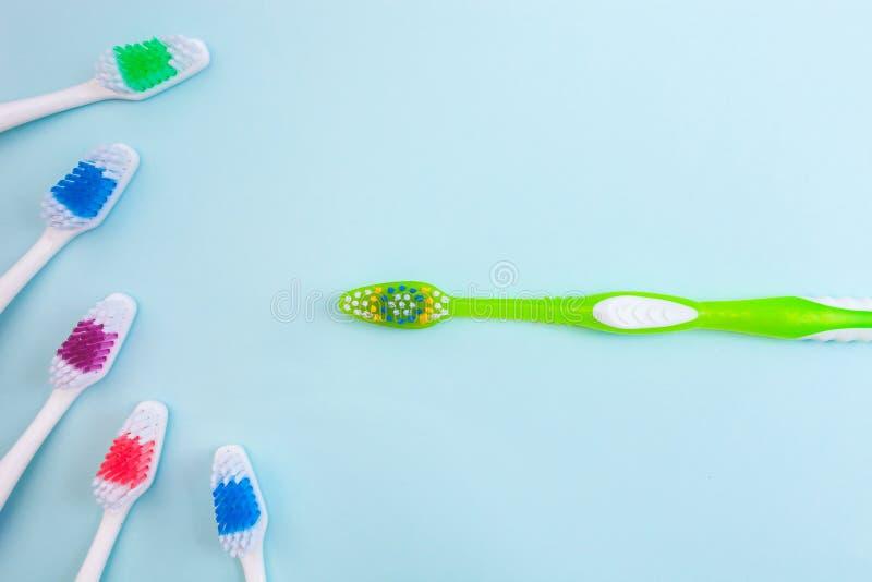 Les brosses à dents sur le fond bleu-clair, se ferment vers le haut de différents genres de brosses à dents, nouvelle non employé images stock