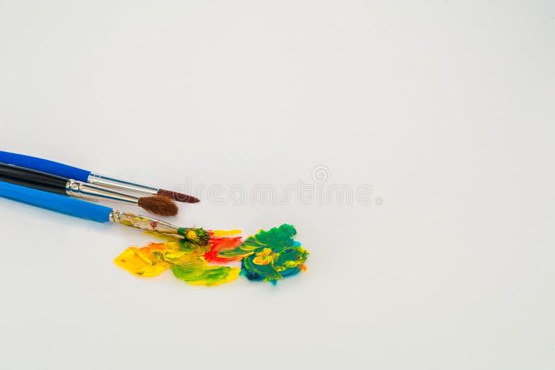 Les brosses et les approvisionnements d'art de couleur de peinture instruisent des étudiants photographie stock