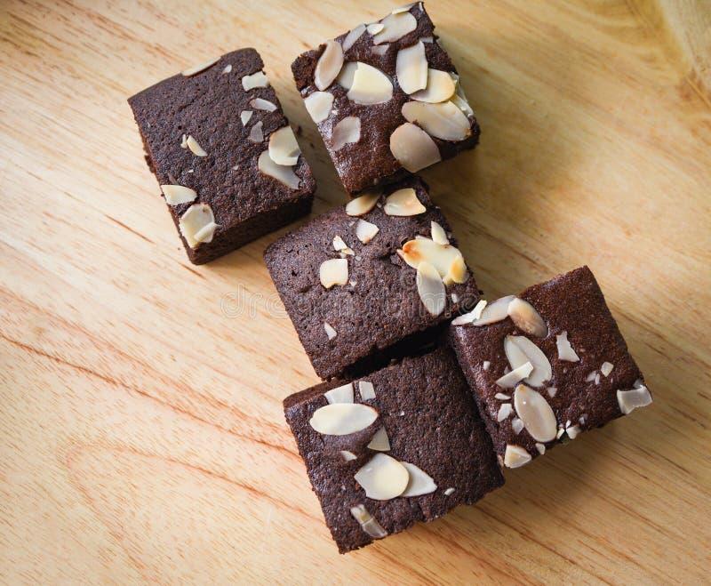Les 'brownie' durcissent sur la table - tranche de gâteau de chocolat avec l'écrou sur la vue supérieure de fond en bois images libres de droits