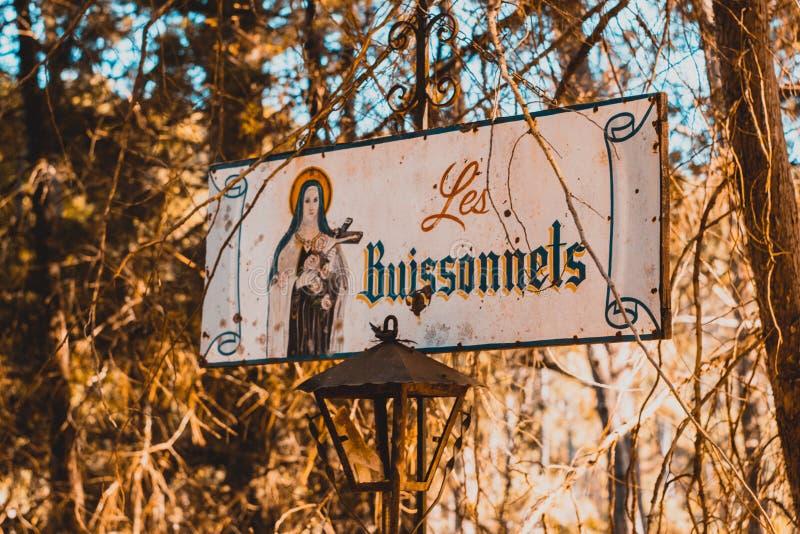 Les Buissonnets religioso firma adentro el bosque foto de archivo
