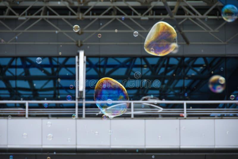 Les bulles de savon de couleur volent contre photos libres de droits