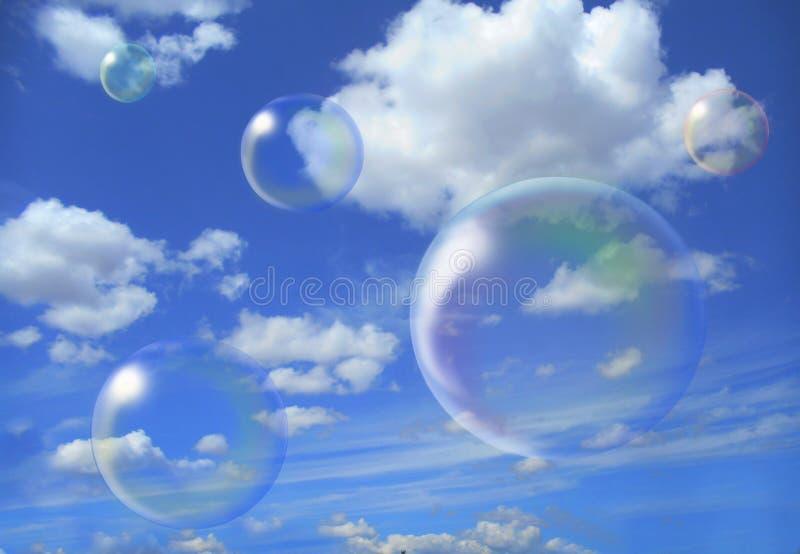 Les bulles de savon volent contre le ciel image libre de droits