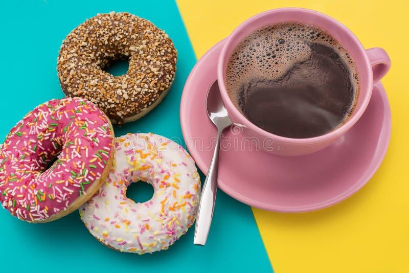 Les butées toriques et une tasse de café sont américaines photos stock