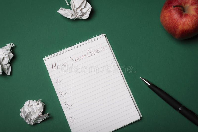 Les buts de nouvelle année énumèrent sur un carnet Au-dessus de la vue Resoluti de nouvelle année images libres de droits