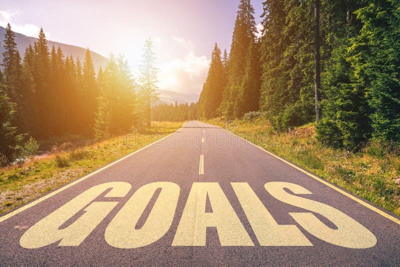 Les buts expriment écrit sur la route dans les montagnes photo stock