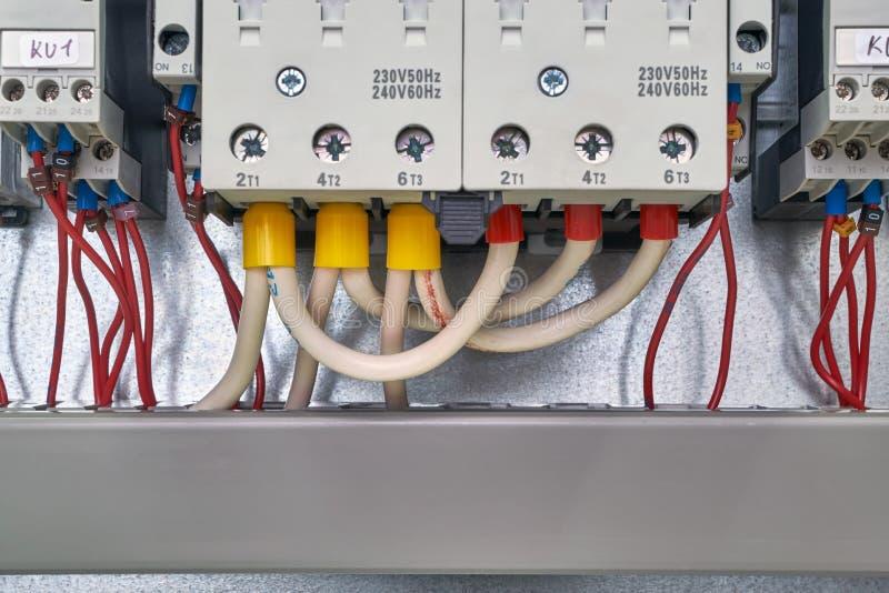 Les câbles électriques et les fils sont connectés à partir du bas des contacteurs ou des démarreurs et des relais de commande de  photos stock