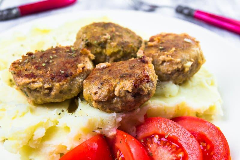 Les côtelettes de porc frites ont bouilli des tomates de pommes de terre photo stock