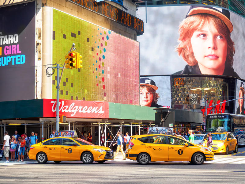Les cabines jaunes et les panneaux d'affichage colorés ajustent parfois à New York City images stock