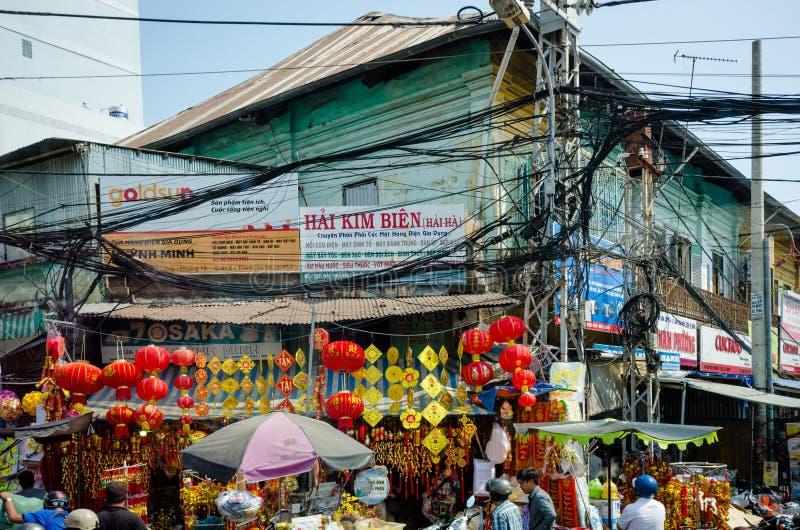Les cables électriques aériens constituent une menace pour les résidents de Saigon image libre de droits
