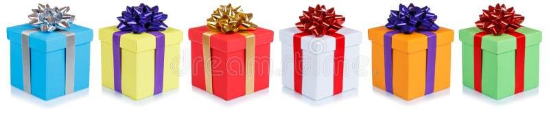 Les cadeaux de Noël de cadeaux d'anniversaire dans une rangée enferme dans une boîte d'isolement sur le whi photos stock