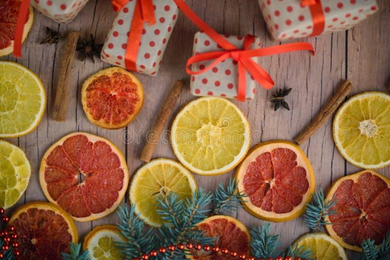 Les cadeaux de nouvelle année avec le ruban rouge Cadeaux de Noël d'emballage Garla photographie stock libre de droits