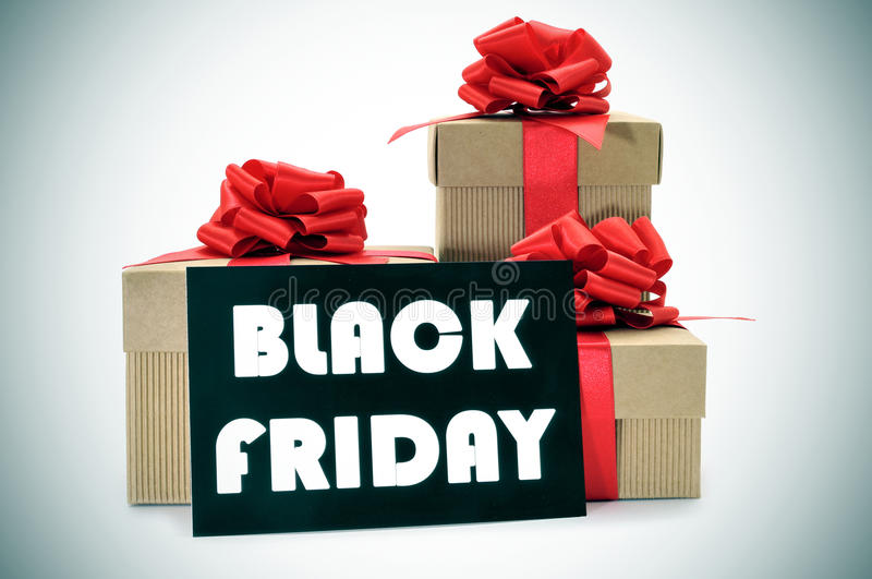 Les cadeaux et une enseigne avec le texte noircissent vendredi images stock