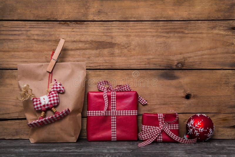 Les cadeaux rouges classiques de Noël enveloppés en papier avec fait main cousent photo libre de droits
