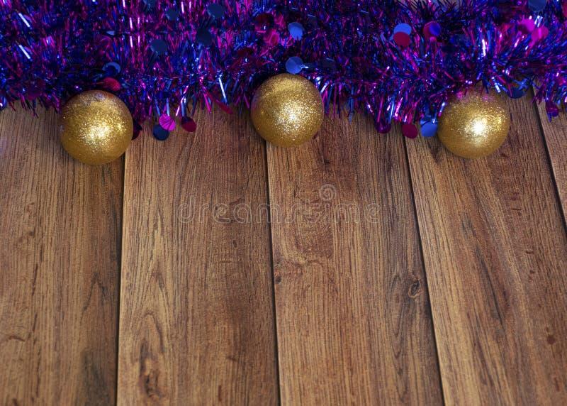 Les cadeaux sont emballés dans du papier kraft et attachés avec un ruban de satin avec des jouets de Noël et de la moule violette photographie stock libre de droits