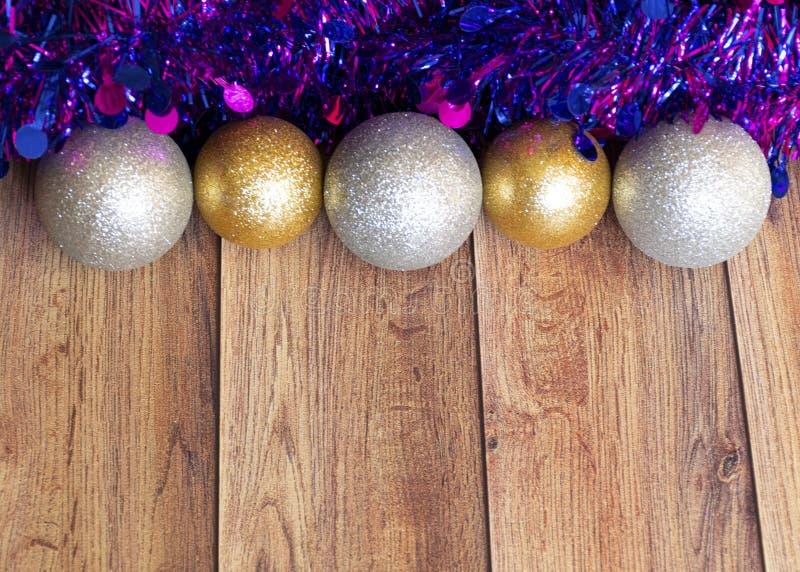 Les cadeaux sont emballés dans du papier kraft et attachés avec un ruban de satin avec des jouets de Noël et de la moule violette images libres de droits